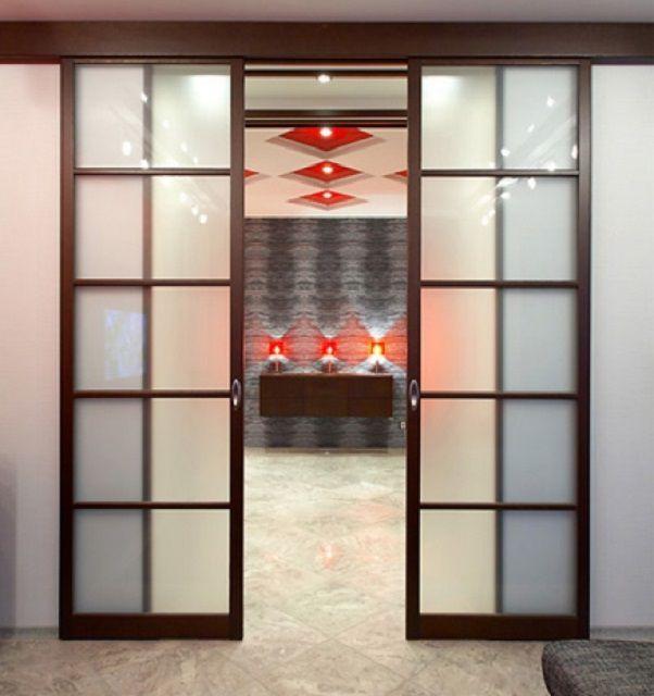 Раздвижные двери позволяют экономить пространство комнаты и становятся неплохим украшением интерьера