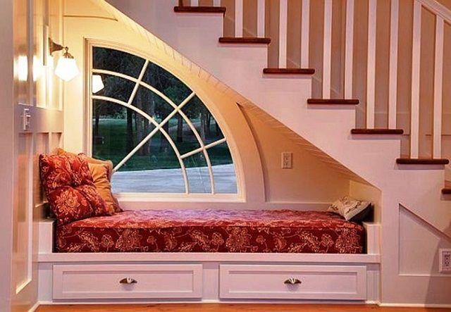 Одно из самых простых решений - пространство занято диваном