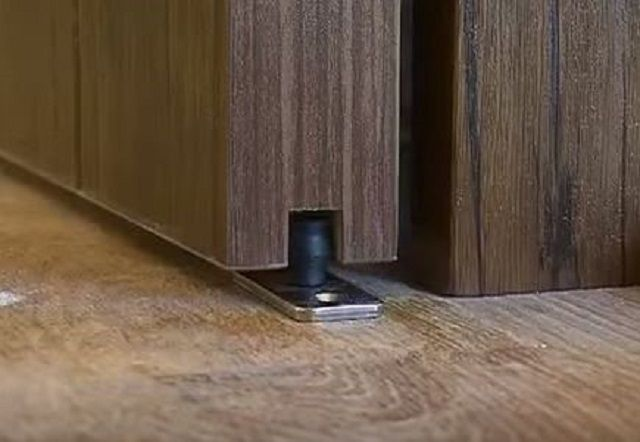 Флажковый направляющий стопор исключит поперечные колебания дверного полотна снизу
