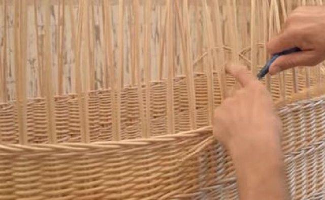Пример уплотнения лозы при плетении повертикально установленным элементам каркаса.
