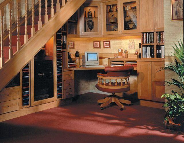Под лестницей уместился рабочий кабинет