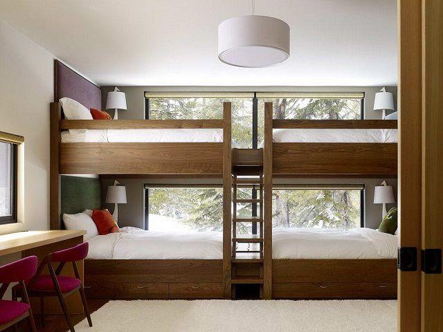 Двухъярусная кровать, рассчитанная на многодетную семью