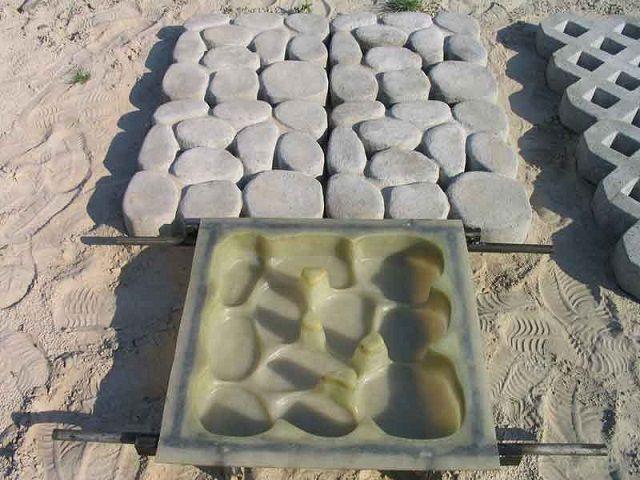 Такая матрица помогает изготавливать целые блоки искусственных камней, отлично подходящих для мощения садовых дорожек