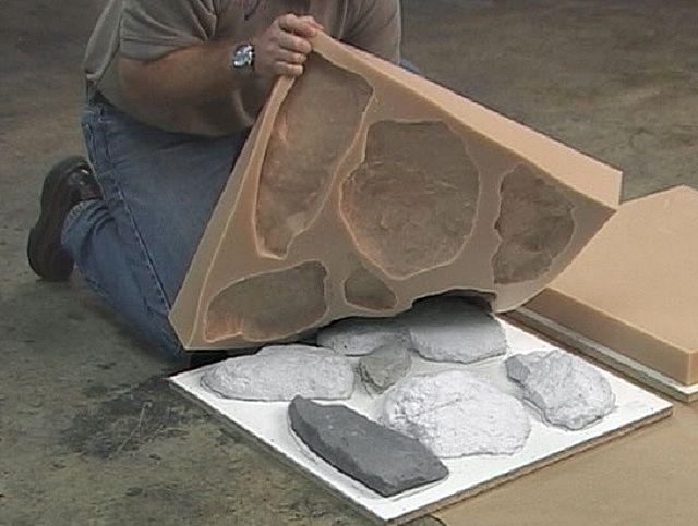 Доставать изделия из форм нужно очень аккуратно, чтобы они не разломились на части.