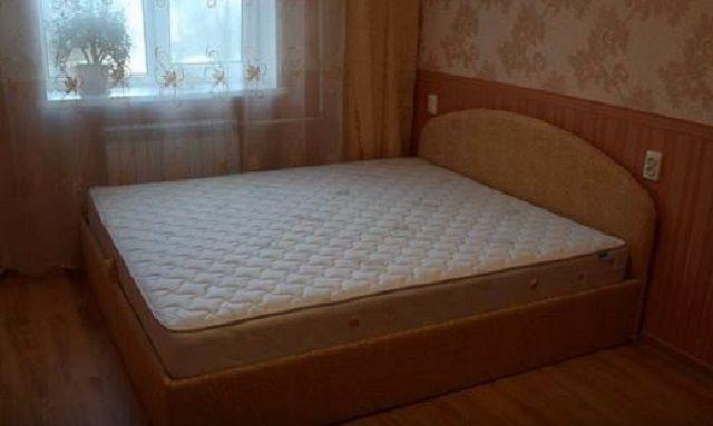 Двуспальная кровать из ДСП с поднимающимся матрасом