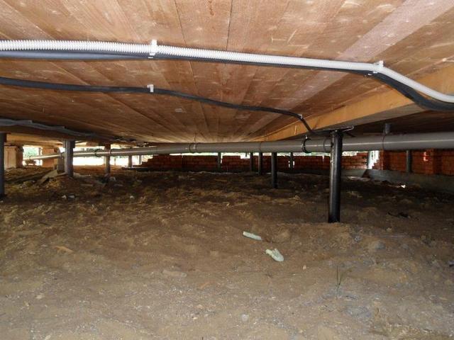 Утепления и защиты требуют проходящие в подпольном помещении инженерные коммуникации