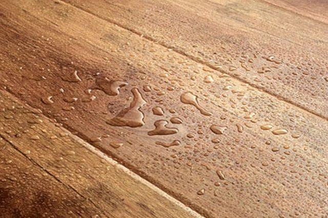 Вода на кухонном полу – вполне обыденное явление, и покрытие не должно этого бояться