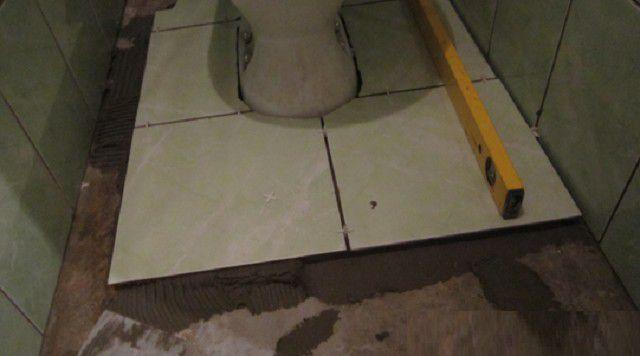 Как плитку класть на пол в туалете своими руками видео