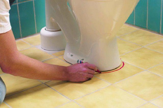 Оптимальный вариант – устанавливать унитаз на уже облицованный керамической плиткой пол