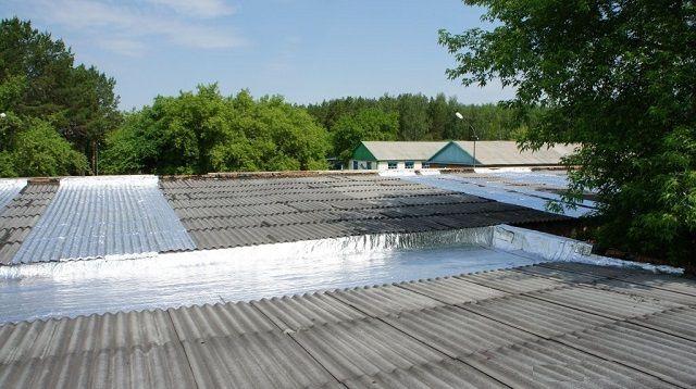 Участки шиферной крыши, покрытые «ризолином»