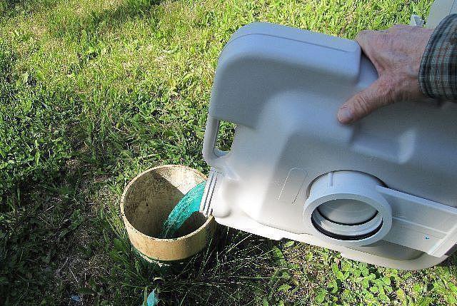Для периодической утилизации отходов, прошедших химическую очистку, необходимо предусмотреть специальную выгребную яму.