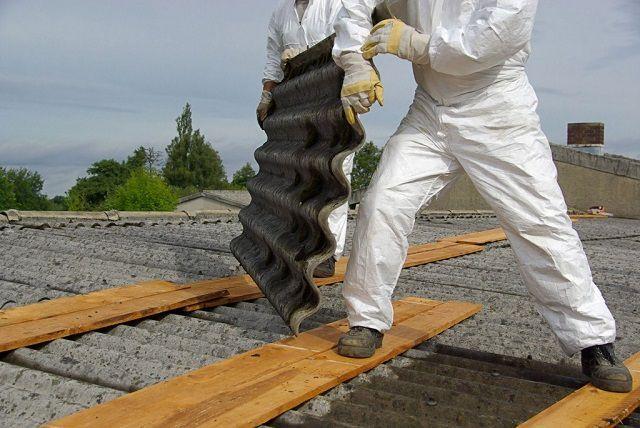 При необходимости перемещения по шиферной крыше с малым уклоном, следует устанавливать временные настилы, которые распределят нагрузку