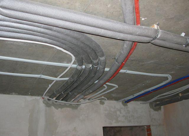 Потолок из гипсокартона должен мирно ужиться с инженерными коммуникациями