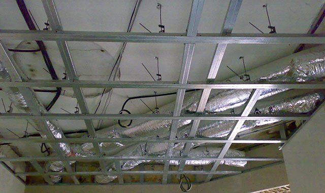 """Вся потолочная конструкция """"подвешена"""" на анкерных подвесах, что позволяет скрыть за потолком инженерные коммуникации"""
