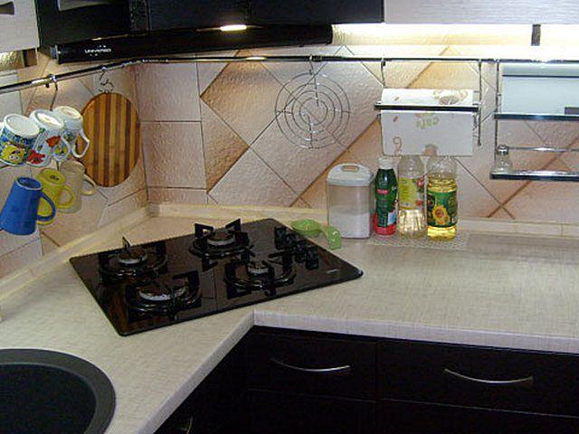 Угол на кухне часто является «мёртвым пространством», а здесь в нем отлично вписалась варочная газовая панель