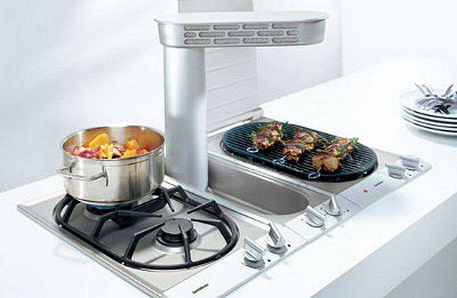 Целый комплекс для приготовления пищи – модули «домино» с двумя газовыми конфорками, с конфоркой-гриль и кухонной встроенной вытяжкой по центру.