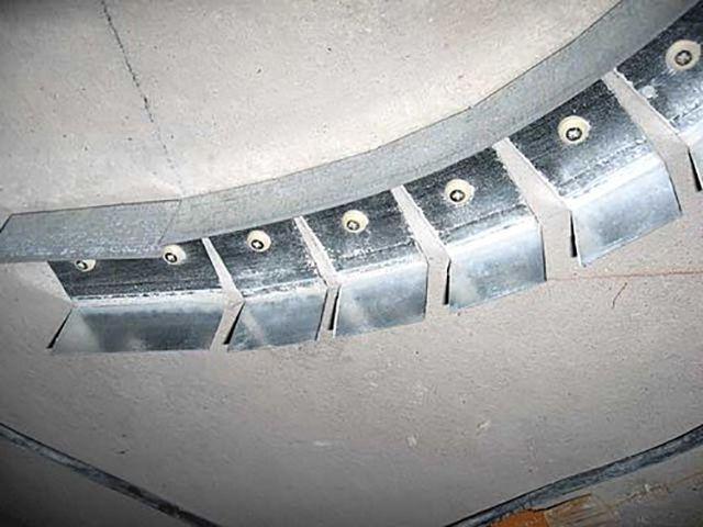 Пример крепления направляющего профиля на потолке для создания криволинейной плоскости потолка