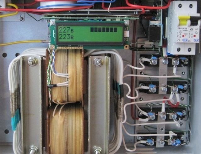Роль электронных ключей выполняют мощные полупроводниковые симисторы