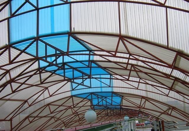 Прозрачная вставка на арочной конструкции кровли