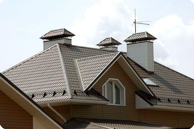 При сложных конфигурациях крыш затраты на кровельное покрытие из металлочерепицы стремительно возрастают – за счет большого количества отходом и необходимости целого ассортимента доборных профилей