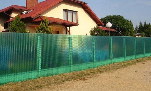 Оригинальный полупрозрачный забор из полимерного шифера