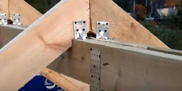 Очень широко применяются для крепления стропил разнообразные стальные уголки