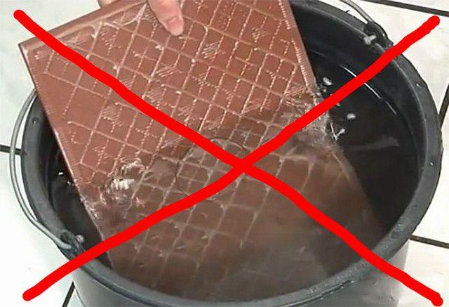 Современные клеевые составы подобраны так, что предварительного замачивания плитки не требуется