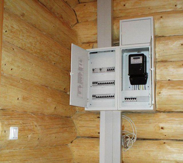 В деревянных домах целесообразно применять электрические щиты наружной установки