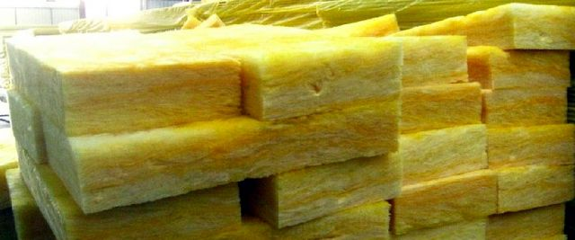 Блоки или маты стекловаты обычно отличает характерный желтый оттенок