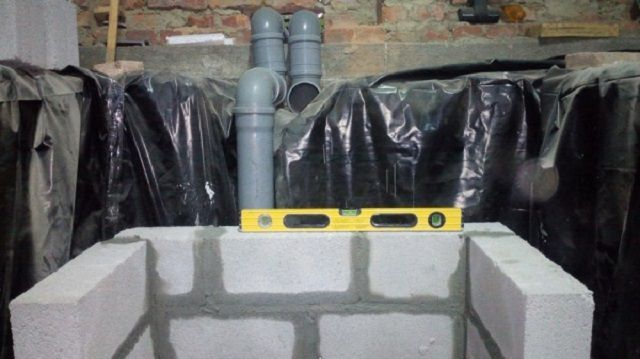 Трубы вентиляции прокладываются до кладки кирпичных стен или до заливки бетонных