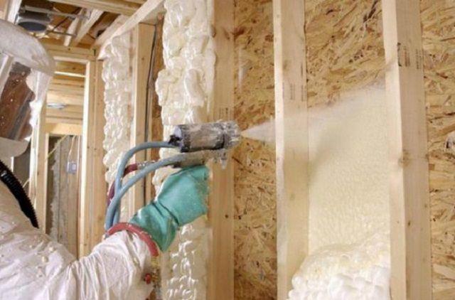 Для утепления стен напыляемым пенополиуретаном требуется наличие специального оборудования и соответствующей квалификации мастера