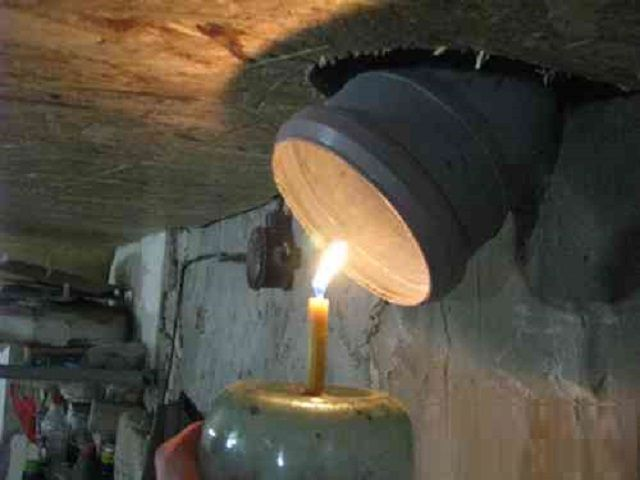 Проверка эффективности вентиляции с помощью зажженной свечи
