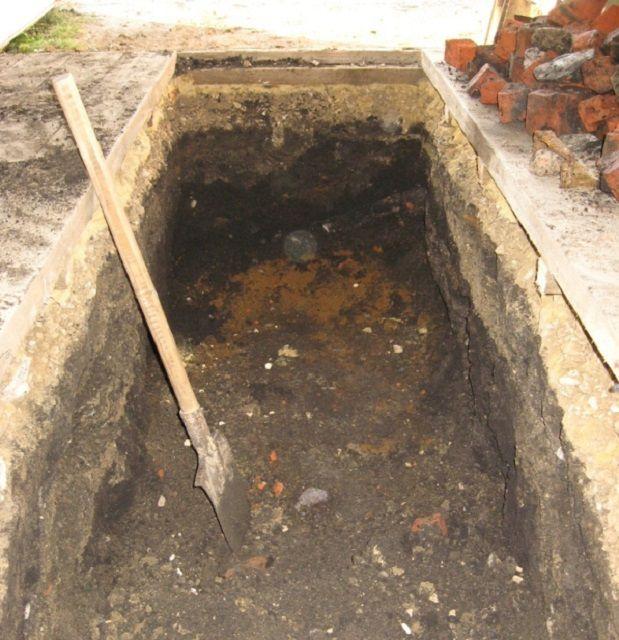 Отрывать котлован для ямы удобнее всего еще на стадии подготовительных работ, до заливки пола и возведения стен