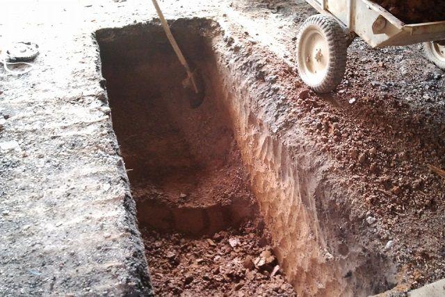 Выкапывание котлована вручную – наиболее трудоёмкий этап создания смотровой ямы