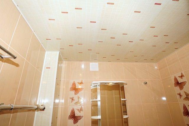 Пластиковый потолок выбран в общий тон с кремовой отделкой стен