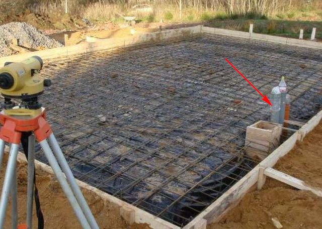 Перед заливкой плитного фундамента должны быть тщательно, до мелочей, продуманы и смонтированы все подземные инженерные коммуникации