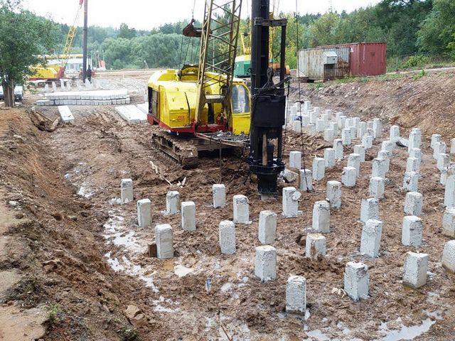 Для забивки свайного поля используется специальная строительная техника