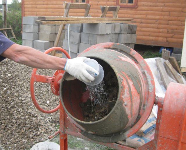 Внесение фибры во время работы бетономешалки