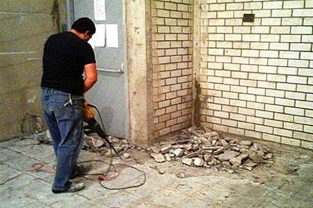Иногда только демонтаж старой стяжки становится единственно приемлемым решением