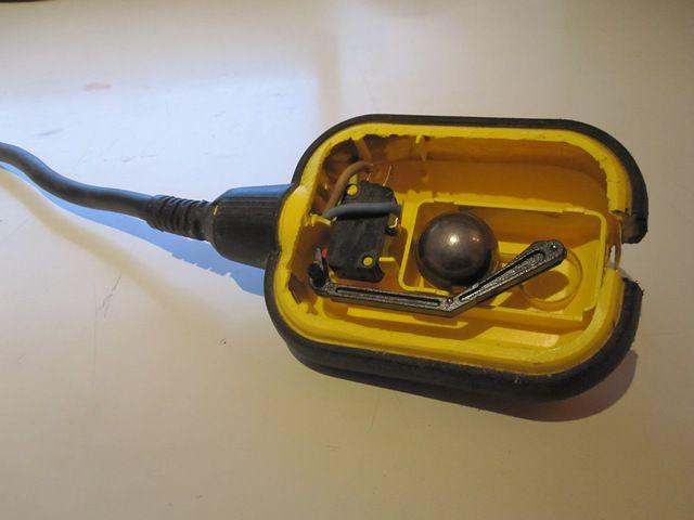 Устройство поплавкового выключателя обычно не отличается большой сложностью