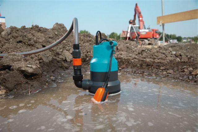 В ходе строительства дождем залило траншею или котлован – на помощь придет дренажный насос