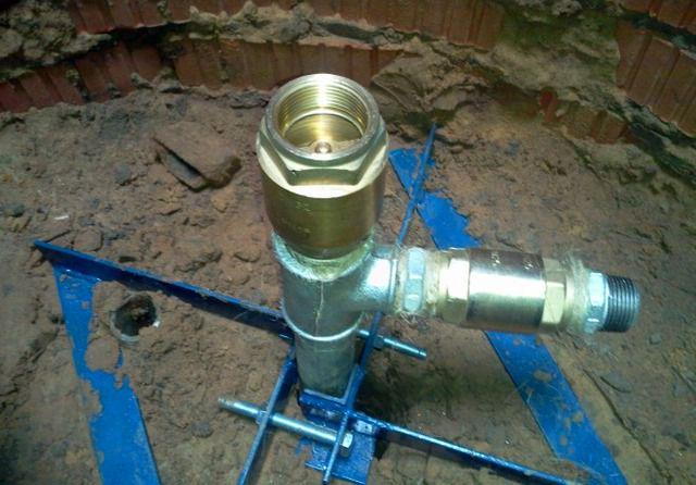 Установлена рама, жестко фиксирующая положение трубы «абиссинской» скважины, предусмотрено тройниковое разветвление на ручной насос и на электрическую насосную станцию.