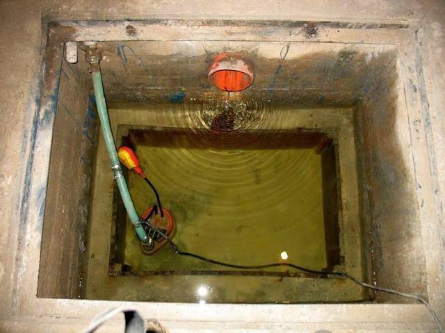 Установленный в подвальном приямке фекальный насос вполне может справляться и с дренажными функциями