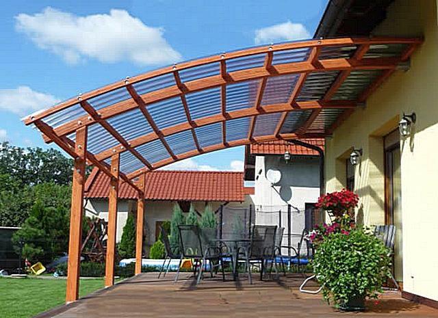 Козырек прикрывает вход в дом, и одновременно служит для создания защищенной от атмосферных осадков веранды