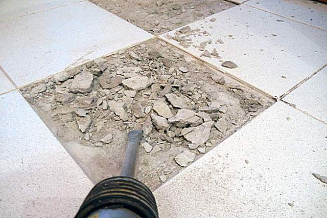 Удаление нестабильной плитки и очистка основания под ней