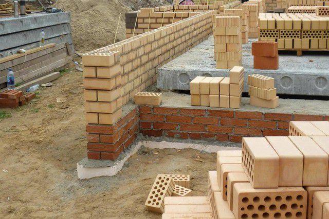 Массивные кирпичные стены потребуют надежного основания в виде сплошной ленты фундамента