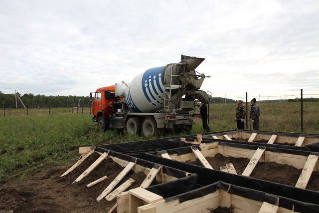 Разумное решение – заказ необходимого объема готового бетонного раствора для заливки ленточного фундамента в течение одного дня