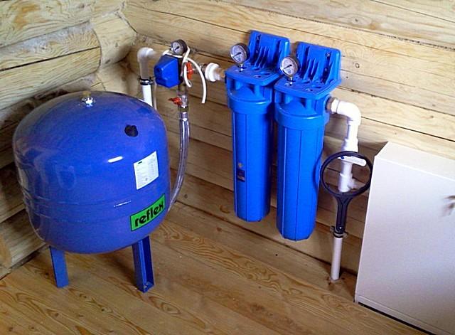 Для автономных водопроводных систем с гидроаккумулятором принимают в расчет то, что насос должен суметь наполнить накопительный бак и создать в нем требуемое избыточное давление