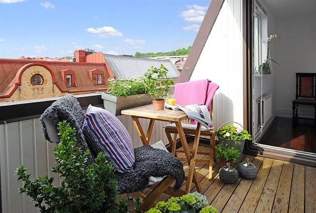 Традиционно балкон оформляется под место для спокойного отдыха