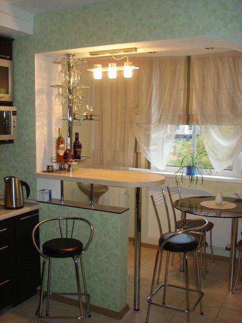 Такая барная стока может и служить украшением интерьера, и быть вполне функциональной кухонной поверхностью